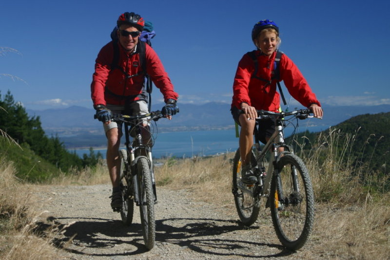 couple mountainbiking on nelsons dun mountain trail